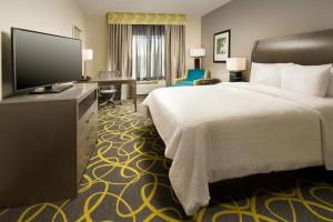 A bed or beds in a room at Hilton Garden Inn College Station