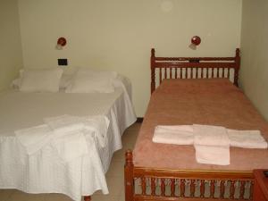 A bed or beds in a room at El Antigal Hostal