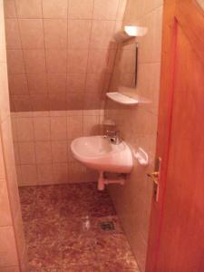A bathroom at Duna Szálló