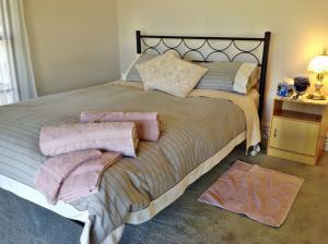 A bed or beds in a room at Hunter Riverpines Stay