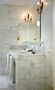 A bathroom at GreyFriars