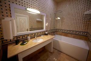 Um banheiro em Divan Express Baku