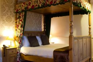A bed or beds in a room at Lonsdale House Hotel