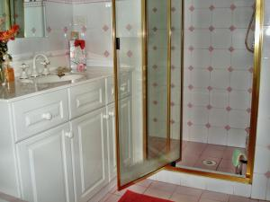 A bathroom at Hunter Riverpines Stay