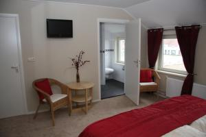 Een TV en/of entertainmentcenter bij Bed and Breakfast Katwijk