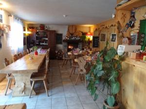 A restaurant or other place to eat at Auberge La Soulan
