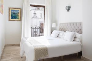 A bed or beds in a room at Puerta Catedral Apartments