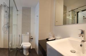 A bathroom at Paripas Patong Resort