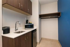 A kitchen or kitchenette at Holiday Inn Express & Suites Victoria-Colwood