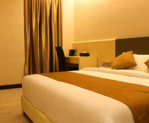A bed or beds in a room at Geobay Hotel