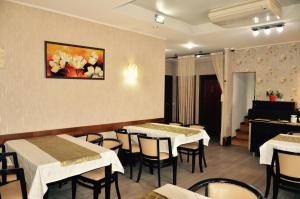 A restaurant or other place to eat at ApartHotel Zorilor