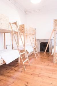 A bunk bed or bunk beds in a room at Porto Republica Hostel & Suites