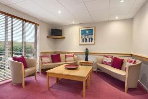 A seating area at Days Inn Hotel Abington - Glasgow