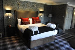 A bed or beds in a room at Best Western Eglinton Arms Hotel