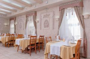 A restaurant or other place to eat at Monomakh Hotel