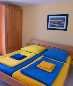 Ein Bett oder Betten in einem Zimmer der Unterkunft Apartments Different Colours