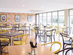 A restaurant or other place to eat at ibis Styles Barnsley