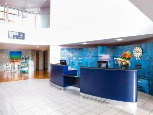 The lobby or reception area at ibis Styles Barnsley