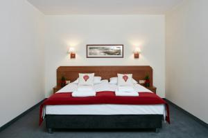 A bed or beds in a room at Hotel Logos