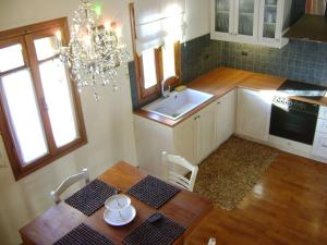 A kitchen or kitchenette at Villa Taxiarchis