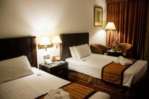 سرير أو أسرّة في غرفة في فندق ماي فير
