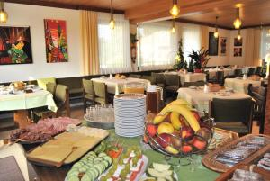 A restaurant or other place to eat at Hotel Garni Gästehaus Hutter