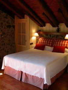 A bed or beds in a room at Hotel Antsotegi