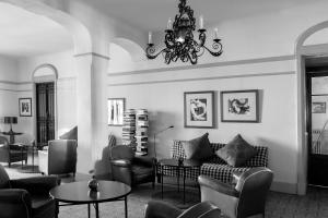 A seating area at Grand Hôtel Nord-Pinus