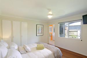 A bed or beds in a room at Su Casa Byron Bay