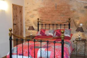 A bed or beds in a room at Chez Jasmin
