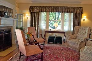 A seating area at Hilltop Inn