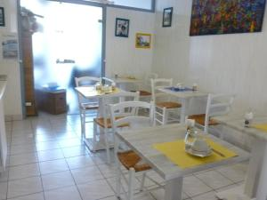 A restaurant or other place to eat at Citotel Le Richelieu