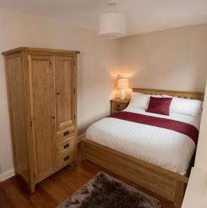 A bed or beds in a room at The Jewellery Suites Birmingham