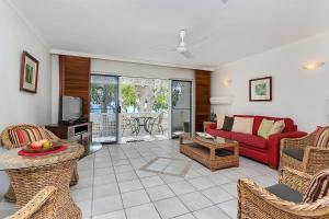 A seating area at On Palm Cove Beachfront Apartments