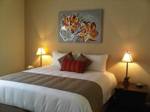 A bed or beds in a room at Wild Cattle Creek Estate