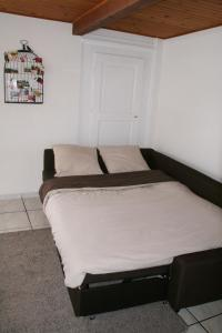 A bed or beds in a room at Apartment Au Calme