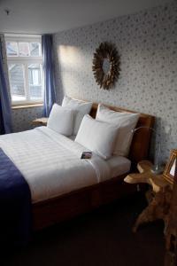 A bed or beds in a room at Zur Ewigen Lampe Romantik und Landhotel