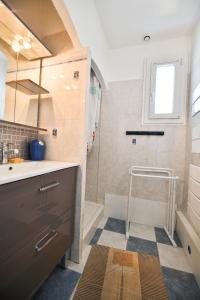 A bathroom at Villa Petite Sionnaise