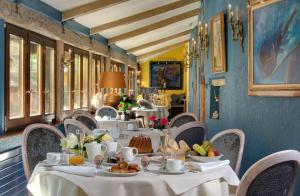A restaurant or other place to eat at Hotel Le Marechal - Les Collectionneurs