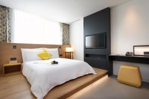 A bed or beds in a room at L7 Myeongdong by LOTTE