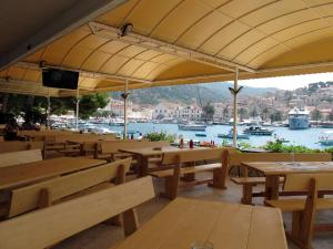 A restaurant or other place to eat at Delfin Hvar Hotel