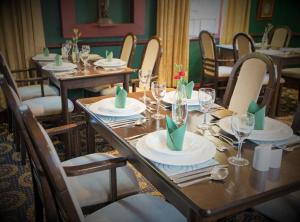 A restaurant or other place to eat at Caledonian Hotel