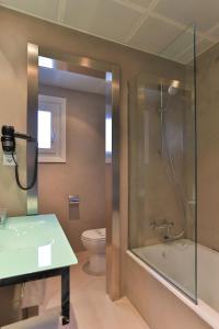 A bathroom at Sercotel Leyre