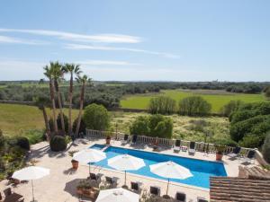 Ein Blick auf den Pool von der Unterkunft S´Hort de Can Carrió oder aus der Nähe