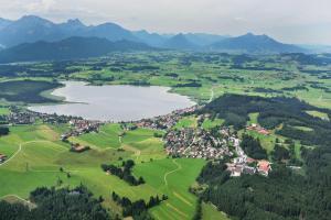Blick auf Ferienwohnungen Hopfensee aus der Vogelperspektive
