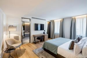 A television and/or entertainment centre at BoHo Prague Hotel - Small Luxury Hotels