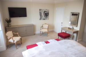 A television and/or entertainment centre at Broadway House Luxury Serviced Rooms