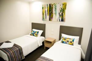 A bed or beds in a room at Roma Central Motel