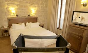 A bed or beds in a room at Europe Saint Severin-Paris Notre Dame