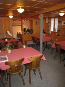 Ein Restaurant oder anderes Speiselokal in der Unterkunft Hotel Montana